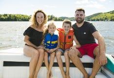 Der Familie Bootfahrt heraus, die zusammen Spaß auf freier Stelle hat stockbilder
