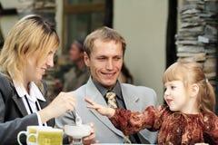Der Familie Kaffee draußen Stockbild