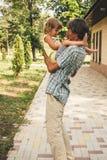 Der Familienvater und -tochter draußen Stockfoto