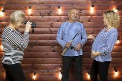 Der Familienwitz Familie spielt eine lustige Situation auf einer Fotoaufnahme Stockfotos