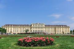 Der Fassade Schonbrunn-Palast und die Blumen, Wien Stockbild