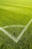 Der Feld-Ecke des grünen Grases des Fußballs weiße Zeilen Stockfotos