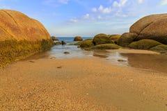 Der Felsen am Seestrand Stockfoto