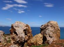 Der Felsen und das Meer Stockfotografie