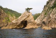 Der Felsen und die kleine Insel lizenzfreie stockbilder