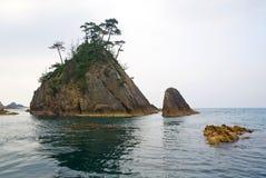Der Felsen und die kleine Insel stockbilder
