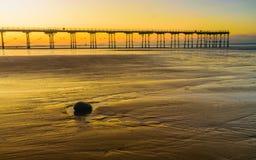 Der Felsen- und Unschärfepier bei Saltburn durch das Meer Lizenzfreie Stockfotografie