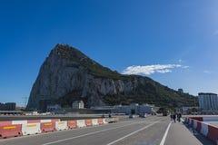 Der Felsen von Gibraltar und von Flughafen stockfotos