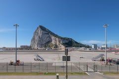 Der Felsen von Gibraltar und von Gibralta-Flughafen Stockfotografie