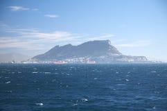 Der Felsen von Gibraltar vom Ozean Stockbilder