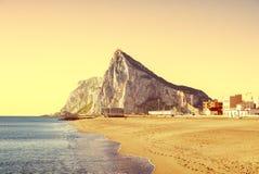 Der Felsen von Gibraltar, wie vom Strand von La Atunara, in L gesehen Stockfotografie