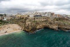 Der felsige aber sehr schöne Strand in Italien Lizenzfreie Stockfotografie