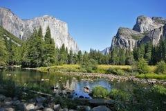 Der felsige Monolith werden im Fluss reflektiert Lizenzfreie Stockfotografie