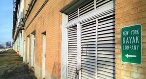 Der Fensterläden geschlossene und zugeschlossene Eingang nach das New York Kayak Company stockbild