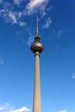 Der Fernsehturm Kontrollturm von Berlin vor einem blauen Himmel lizenzfreies stockbild