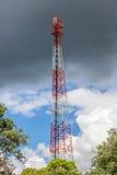 Der Fernsehturm mit Himmel der dunklen Wolke Lizenzfreie Stockbilder