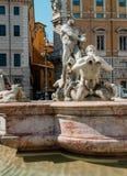 Der Festmachungs-Brunnen u. das x28; Fontana Del Moro& X29; im Marktplatz Navona Rom Italien stockfotos