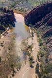 Der Fink-Fluss, der um Glen Helen Gorge kurvt stockfotos