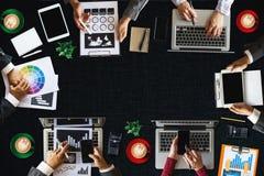 Der Firmenkundengeschäftteamkonzepte der Leute Medien Digital Draufsicht vermarktende Smartphone-Software lizenzfreie stockbilder
