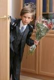 Der First-grader mit einem Blumenstrauß Stockbilder
