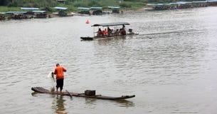 Der Fischer fängt Fische Stockbilder
