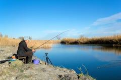 Der Fischer fischt auf dem Fluss Lizenzfreies Stockfoto