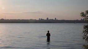 Der Fischer fischt auf dem Fluss stock footage
