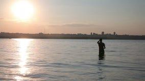 Der Fischer fischt auf dem Fluss stock video footage