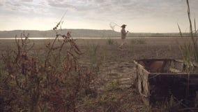 Der Fischer geht zum See am frühen Morgen stock video