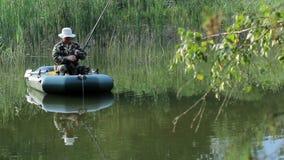 Der Fischer schwimmt auf den Fluss in einem aufblasbaren Boot Bewegliche Kamera durch Schieber Tätigkeiten im wilden stock video
