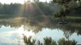 Der Fischer schwimmt auf den Fluss in einem aufblasbaren Boot Die Strahlen der Sonne spielen im Rahmen Tätigkeiten im wilden stock footage