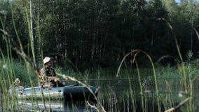 Der Fischer schwimmt auf den Fluss in einem aufblasbaren Boot Früher Morgen mit Nebel auf dem Wasser Tätigkeiten im wilden stock video footage