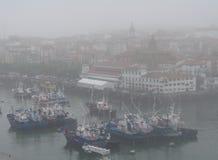 Der Fischereihafen von Bermeo unter dem Nebel Stockbild