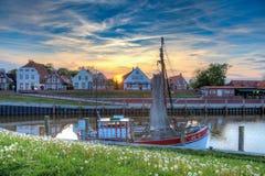 Der Fischereihafen von Greetsiel bei Sonnenuntergang Lizenzfreies Stockbild