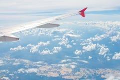 Der Flügel des Flugzeuges Stockfotos