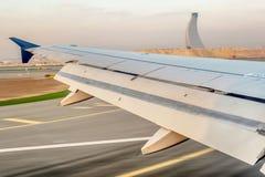 Der Flügel eines Flugzeuges am Flughafen in Abu Dhabi Lizenzfreie Stockbilder