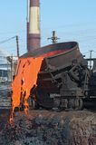 Der flüssige Stahl wird in den Schlackespeicherauszug gegossen. stockfotos