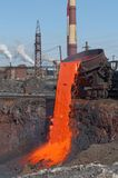 Der flüssige Stahl wird in den Schlackespeicherauszug gegossen. lizenzfreie stockfotos