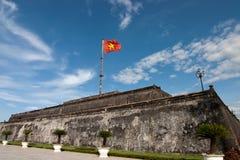 Der Flaggen-Kontrollturm, ist das fokale oint der Farbstadt lizenzfreie stockfotos