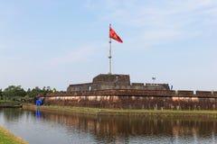 Der Flaggen-Turm - die Zitadelle - verbotene purpurrote Stadt - Hue Vietn Lizenzfreie Stockbilder