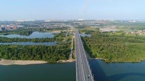 Der Flug des Brummens über dem Fluss Die Brücke über dem Fluss Schönes Stadtbild Lizenzfreie Stockfotografie