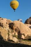 der Flug mit dem Ballon bei Sonnenaufgang Stockbild