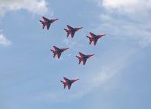 Der Flug von Ð- erobatic Teams Swifts (Strizhi) Stockfoto