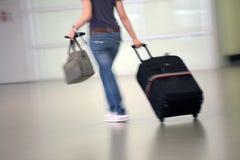 Der Fluggast am Flughafen Stockfotos