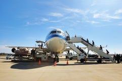 Der Fluggast steigt ein Flugzeug ein Stockfotografie