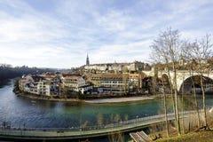 Der Fluss Aare fließt die Stadt von Bern durch Stockfotos