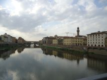 Der Fluss Arno in Florenz stockbilder