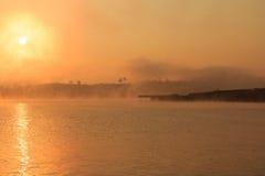 Der Fluss bei Sonnenaufgang Lizenzfreie Stockfotografie
