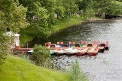 Der Fluss, blauer Himmel, Boote auf dem Fluss Lizenzfreie Stockfotografie