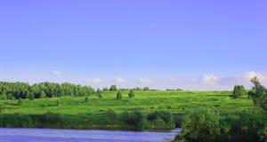 Der Fluss, das Ufer und der Himmel lizenzfreies stockbild